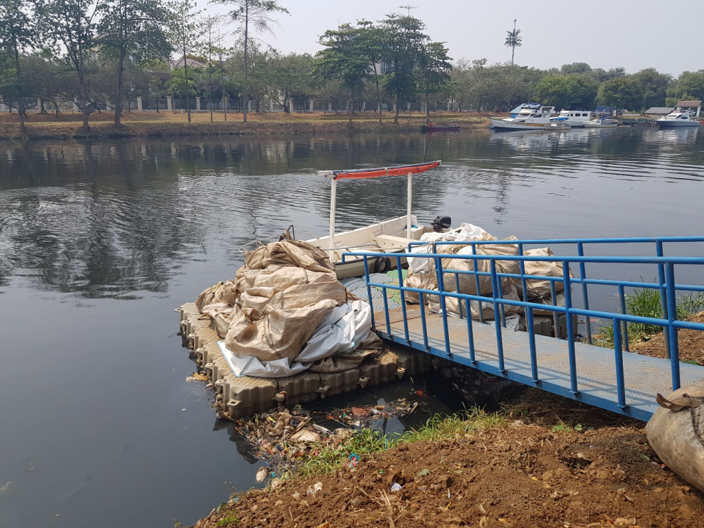 Landing dock for the garbage bags collected from the Interceptor